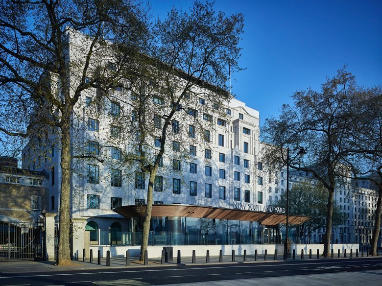 La solution architecturale bois de LAUDESCHER marque le nouveau siège de Scotland Yard d'une empreinte contemporaine.