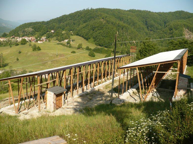 Serre fotovoltaiche con struttura in legno di larice.