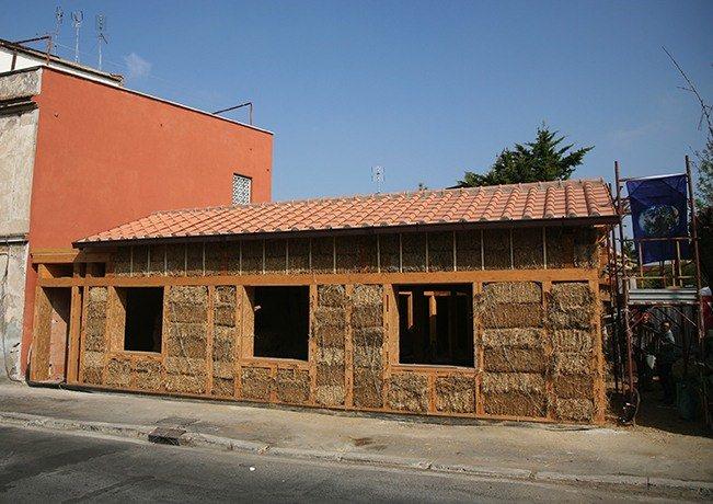 La prima casa di paglia urbana