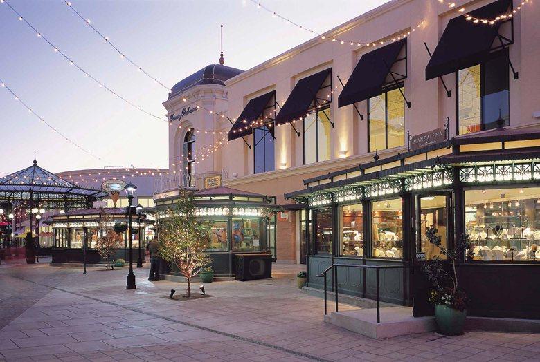 Bridgeport Village Mall - Urban furniture