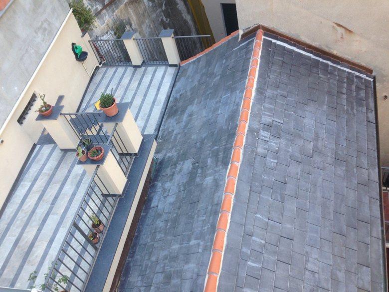"""Ristrutturazione di n°2 unità abitative sita in tipico """"caruggio genovese"""". Rifacimento totale di lastrico solare, copertura e facciate."""