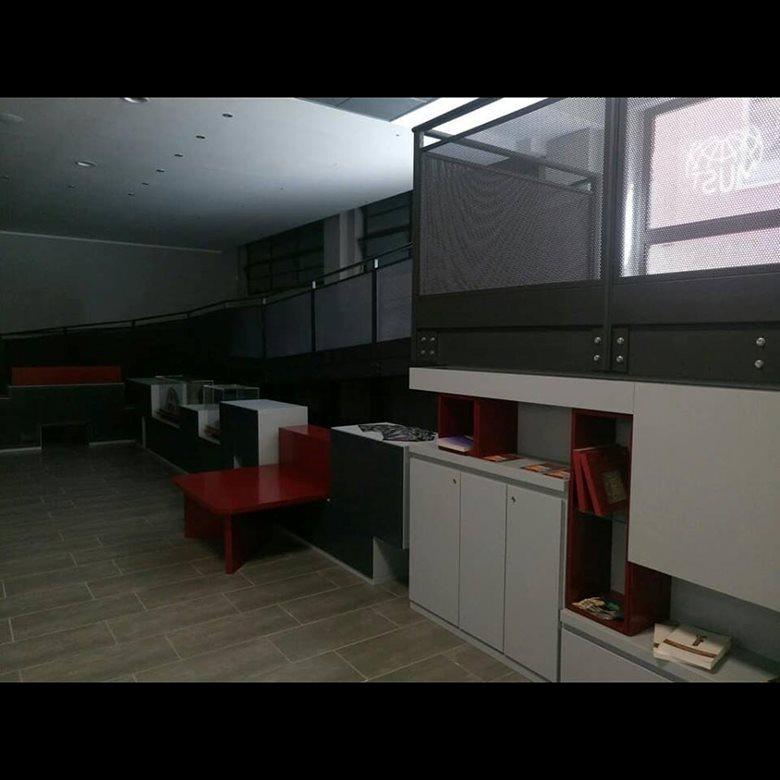 Bancone e sistema arredi zona hall ingresso reception museo MUST