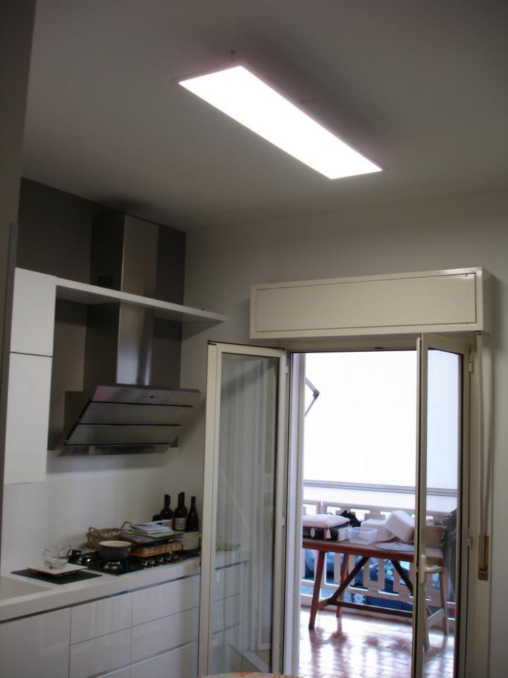 REALIZZAZIONE in una cucina con pannello LED in sospensione ...