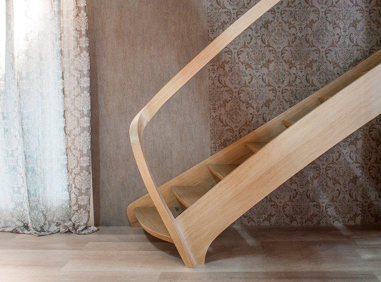 Scala in legno con curve