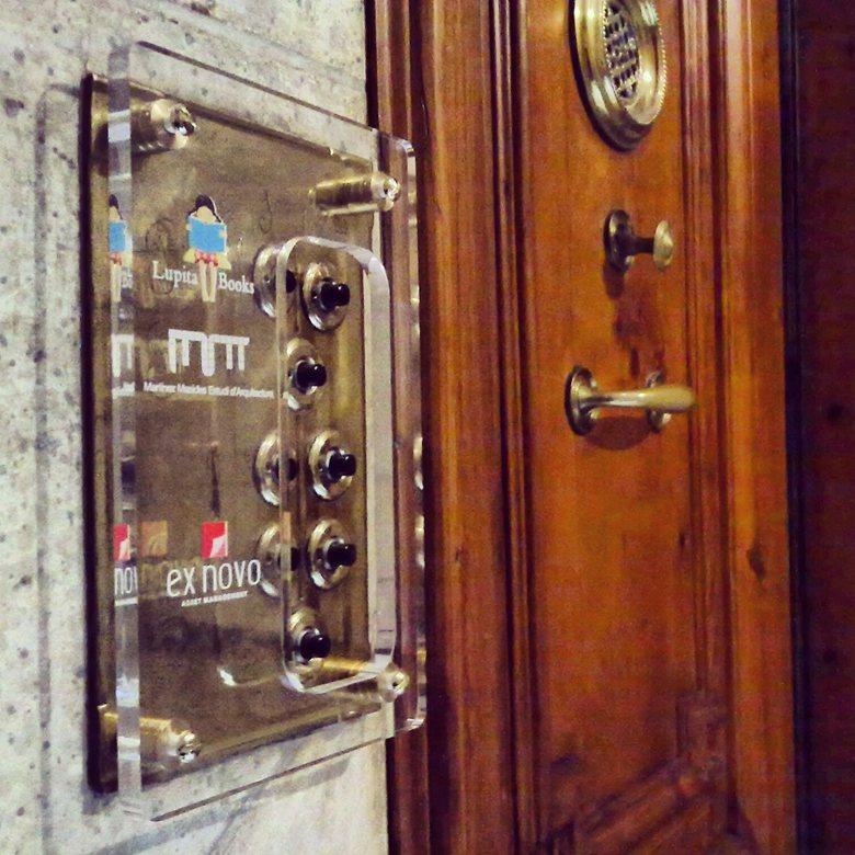 Modernist style ringer signage system