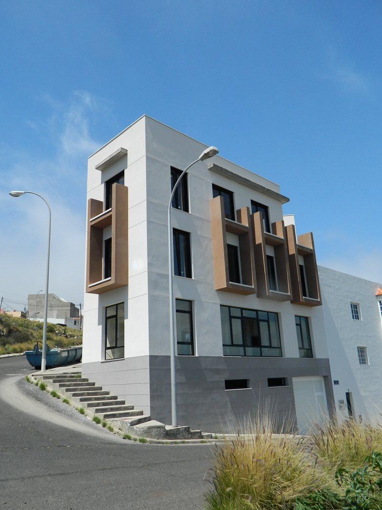 Edificio de 2 Viviendas, Comercial y Garajes
