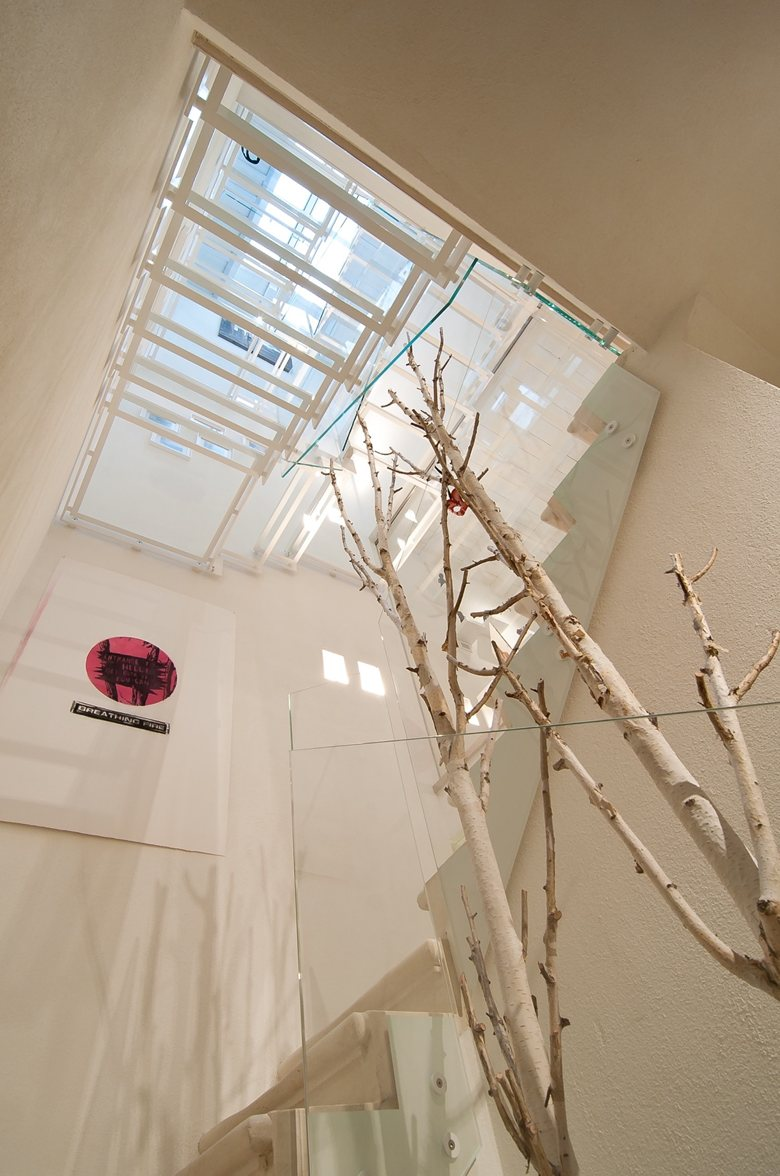 Opere d'arti in casa disposte su più piani