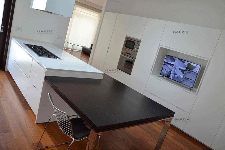 realizzazione chiavi in mano ambiente cucina rigoroso moderno frassino poro aperto bianco tavolo wengè