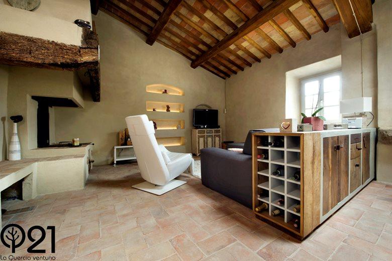 Cucina artigianale in legno di recupero antico nel Chianti