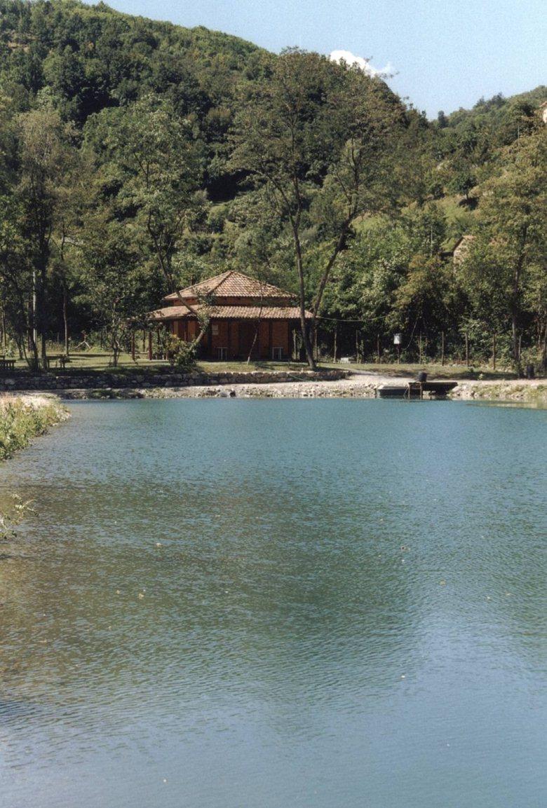 Lago per la pesca sportiva e padiglione a Varese Ligure
