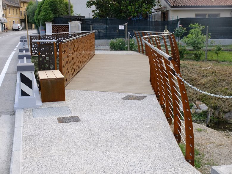 Pedestrian bridge over the San Cantian ditch