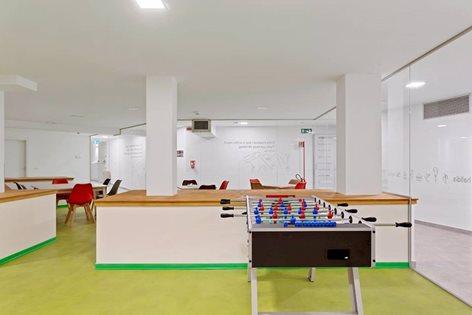 Sala relax verde con angolo ping pong e calciobalilla