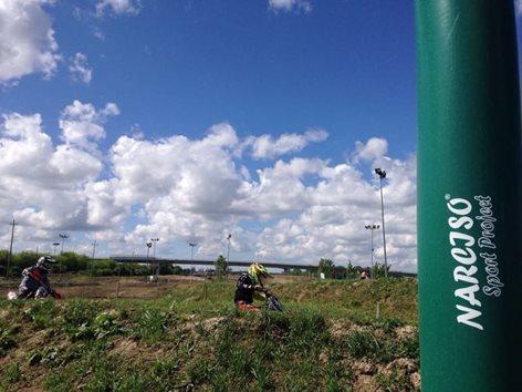 Rivestimenti di sicurezza con protezione palo della luce in un campo da Motocross