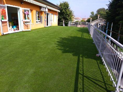 Terrazzo di una scuola in erba sintetica