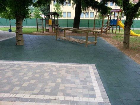 Parco giochi di una scuola realizzato con pavimentazione modulare
