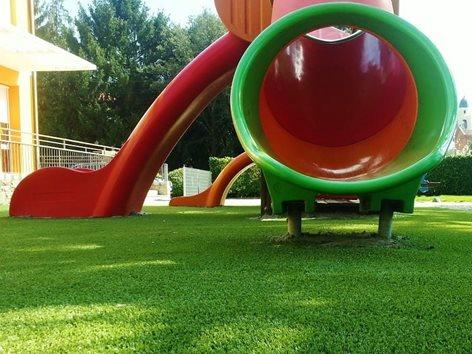 Parco giochi con erba sintetica antitrauma