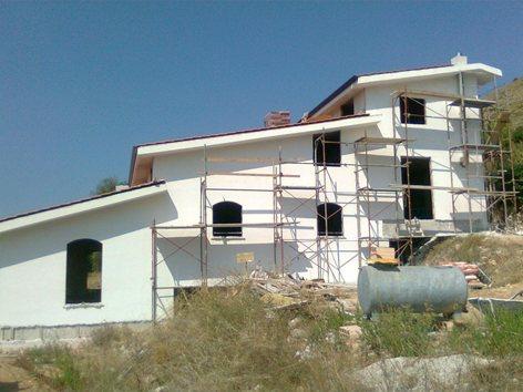 Demolizione e ricostruzione di una casa di campagna