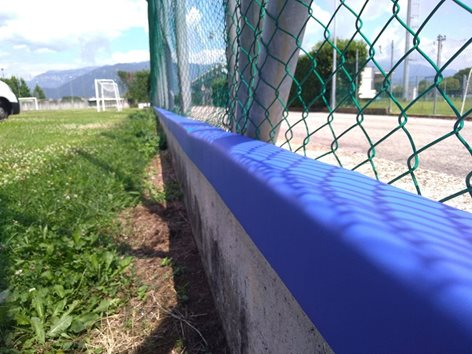 Protezione angolare certificata UNI EN 913 per cordolo campo da calcio Top surface