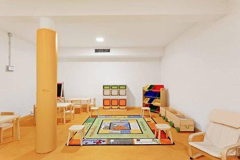 Stanza dei giochi gialla per bambini