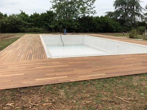 Bordo piscina con pavimento in legno decking ipè