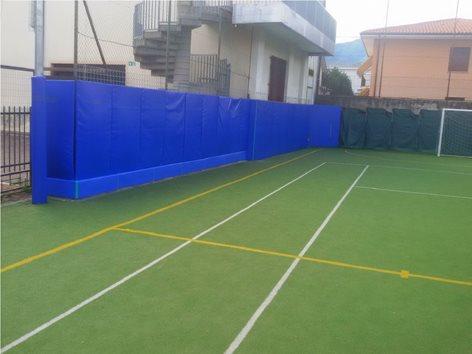 Protezione certificata UNI EN 913 per recinzione e cordolo di un campo da calcetto