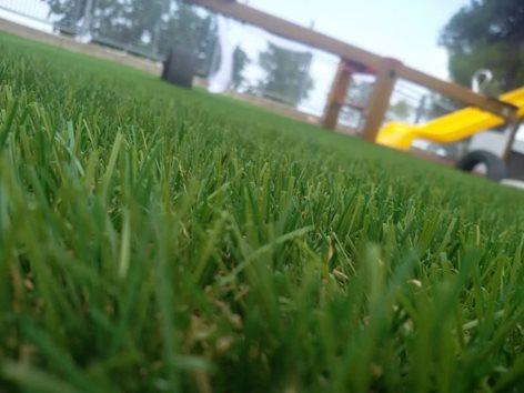 Giardino in erba sintetica per scuola pubblica