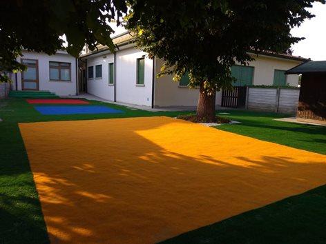 Giardino di una scuola in erba sintetica colorata