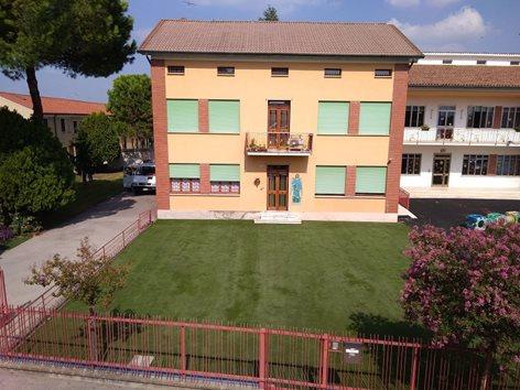 Giardino in erba sintetica per scuola dell'infanzia
