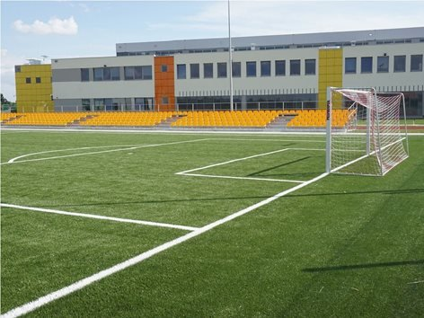 Campo da calcio in erba sintetica e tribuna fissa