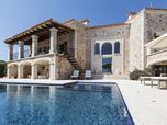 Mediterrane Design Villa mit Naturstein und WPC Dielen