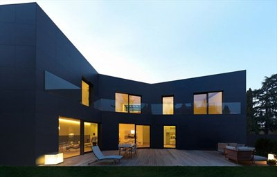 Material strength and elegance in the duplex villa in Sassuolo