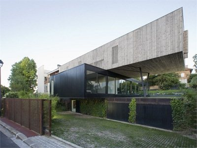 Maison R in Sèvres: a house cantilevers over habits