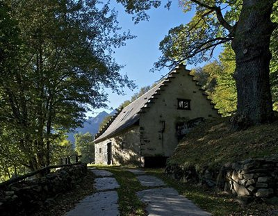The elegant extension of a barn in the French Pyrenees