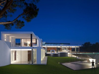 Casa Vale do Lobo: a sumptuous villa with a suspended swimming pool