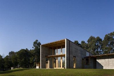 House in Madalena, where concrete and wood communicate