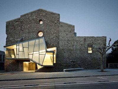 David Closes converts a former convent into an auditorium