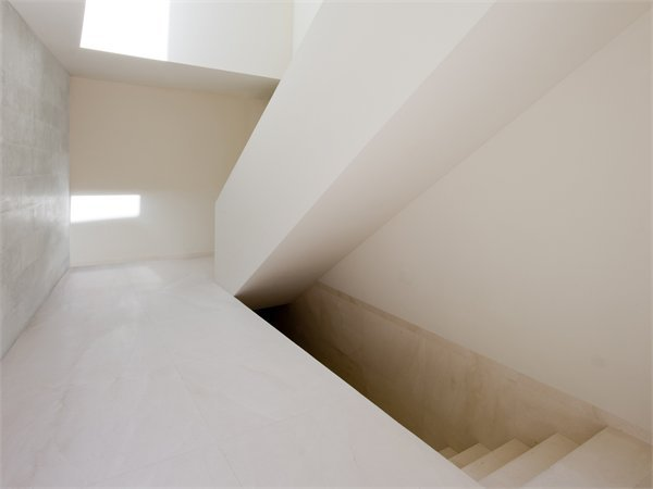 House on mountainside overlooked by castle Fran Silvestre Arquitectos
